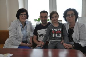 Prof. Augustina Jankauskienė (kairėje) su Anastasija Sychenko, jos tėčiu ir doc. Rimante Čerkauskiene