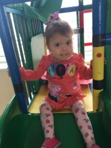 Monika iš Latvijos atsigavusi jau žaidžia Pediatrijos skyriaus čiuožyklėje