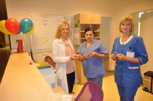 Vaikų neurologijos skyriaus vyresn. administratorė Jovita Grudzinskienė konsultuoja kitų skyrių slaugytojas, kaip veiksmingai pagelbėti pacientui traukulių atveju
